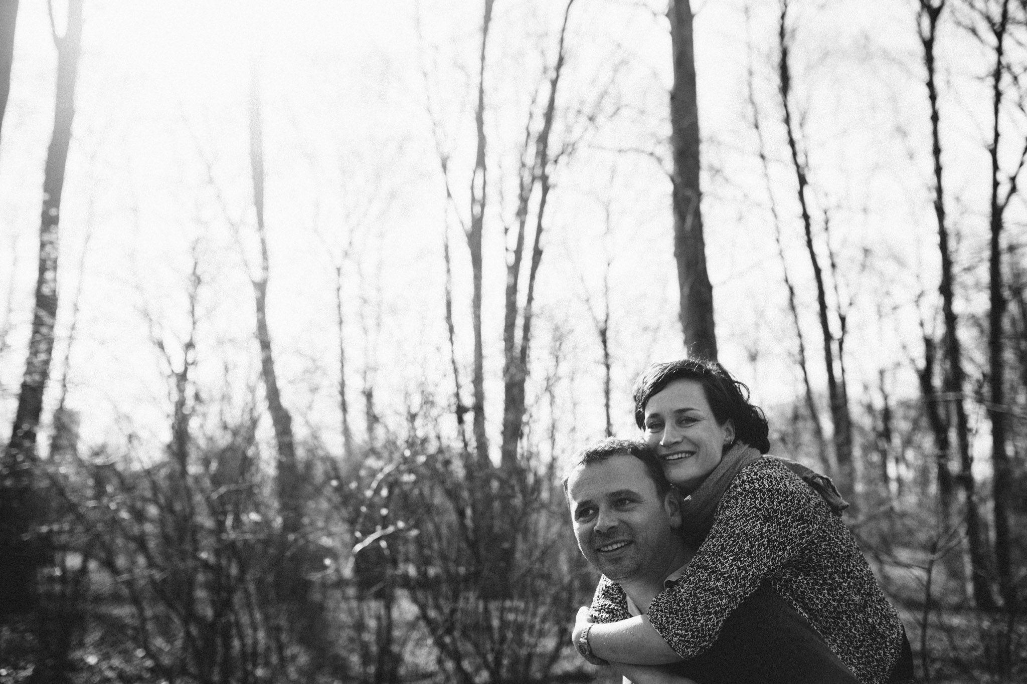 paarshoot-schwarzweiss-huckepack-fotografieren