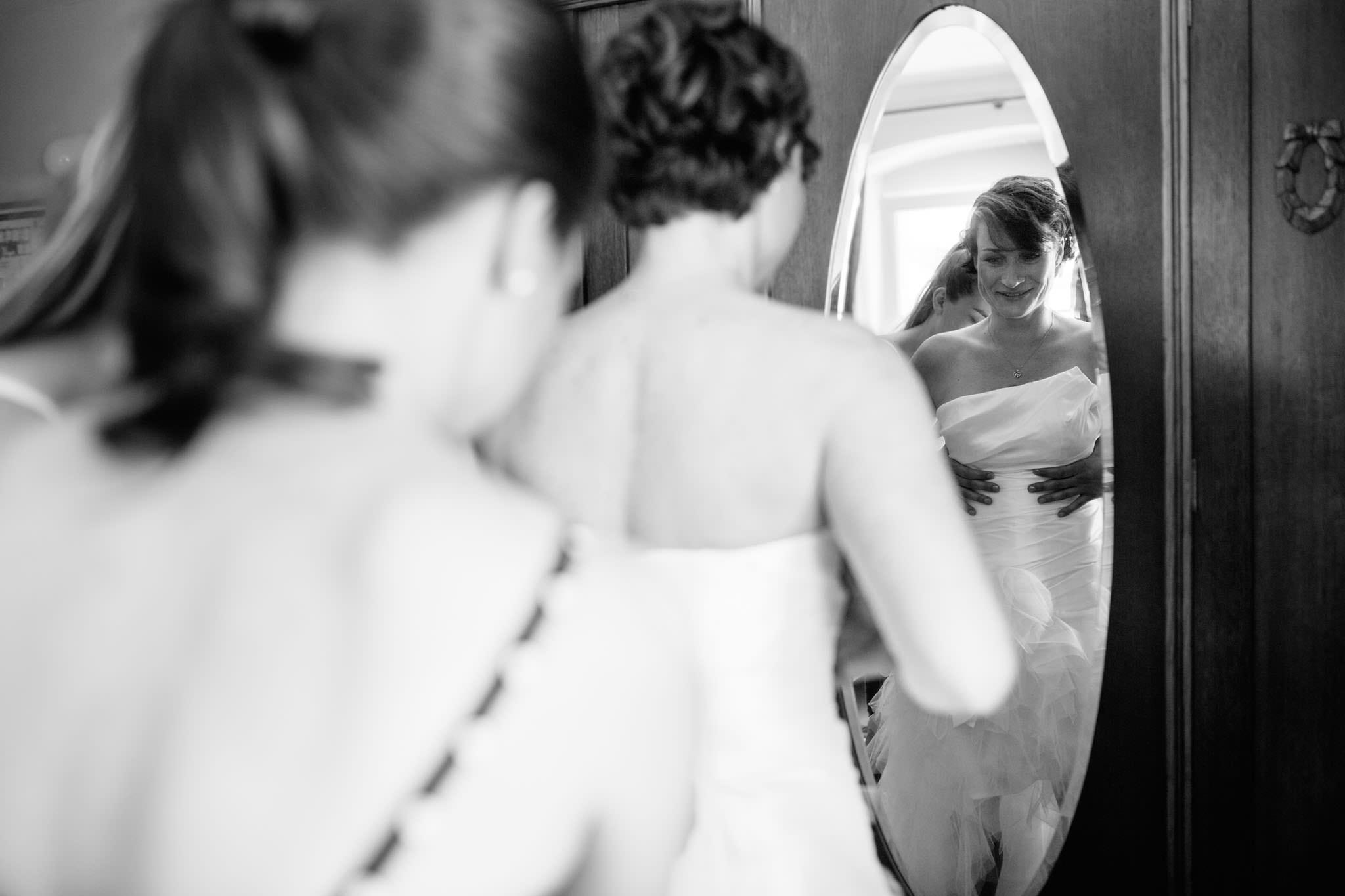 ankleiden-braut-hochzeitskleid-foto
