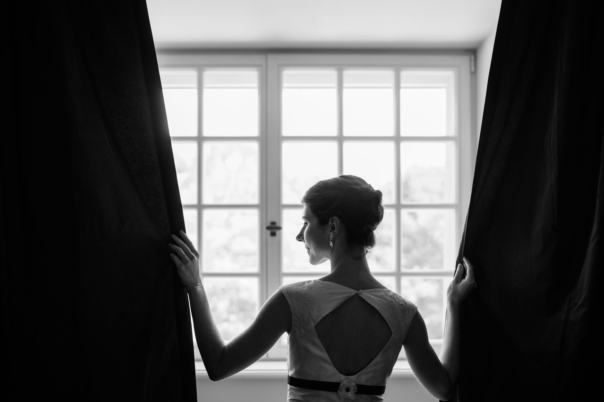 braut-portrait-vorbereitungen-schwarzweiss