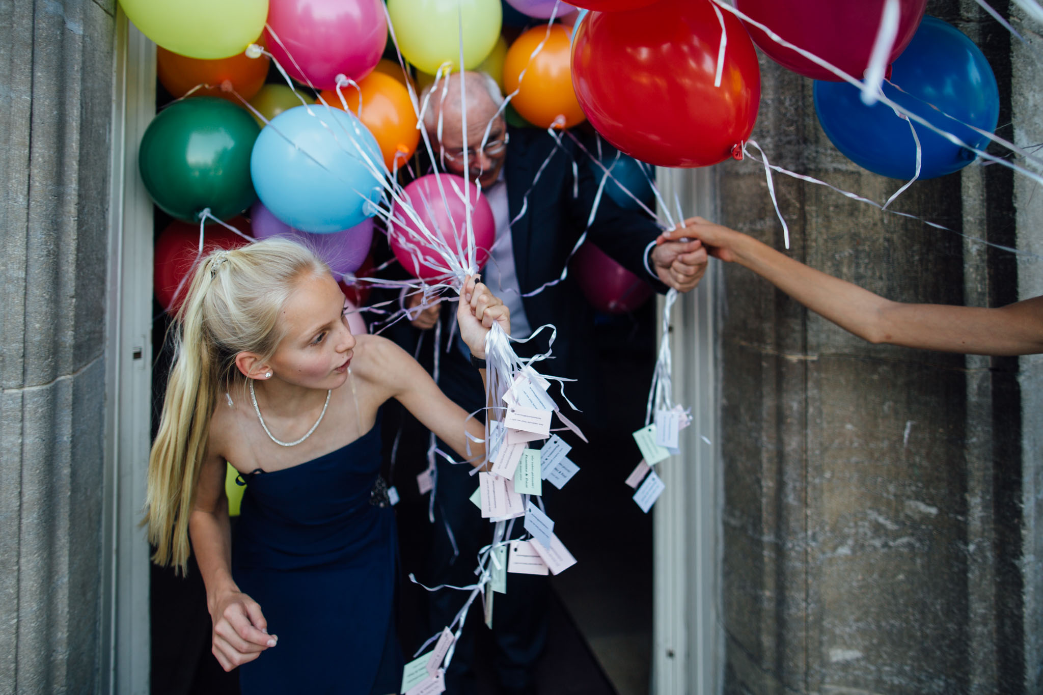 hochzeit-luftballons-bunt-feiern-reportage-fotograf