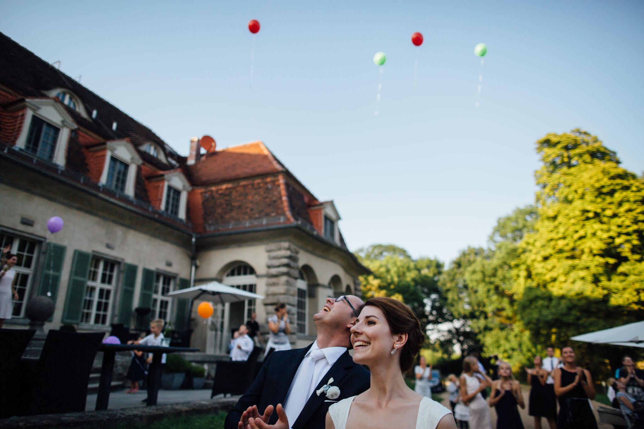 hochzeit-luftballons-feiern-reportage-fotograf