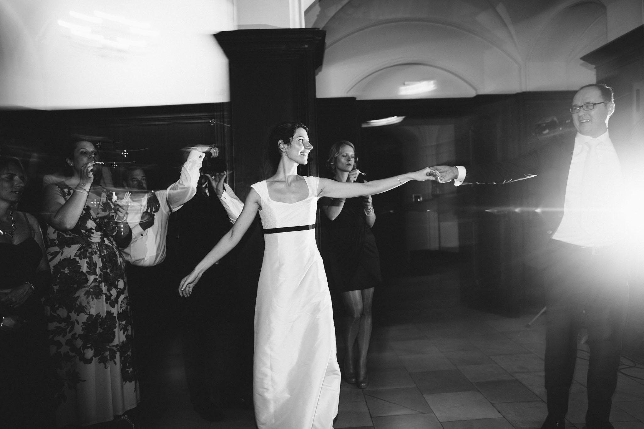 hochzeit-tanz-eröffnung-fotograf-reportage-schwarzweiss