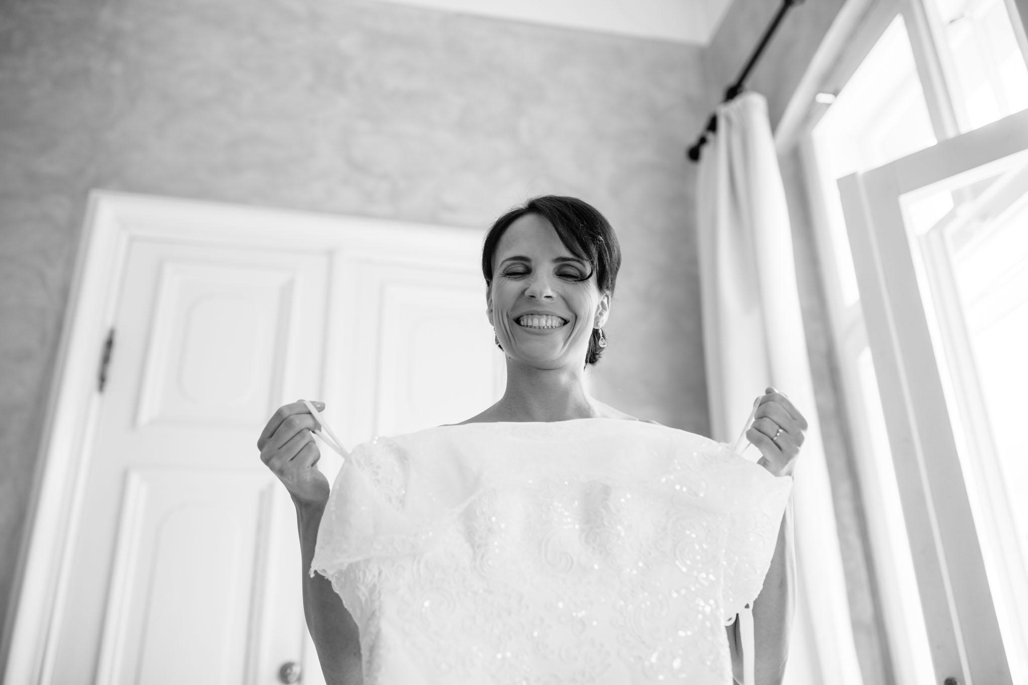 braut-ankleiden-hochzeitskleid-reportage-fotograf