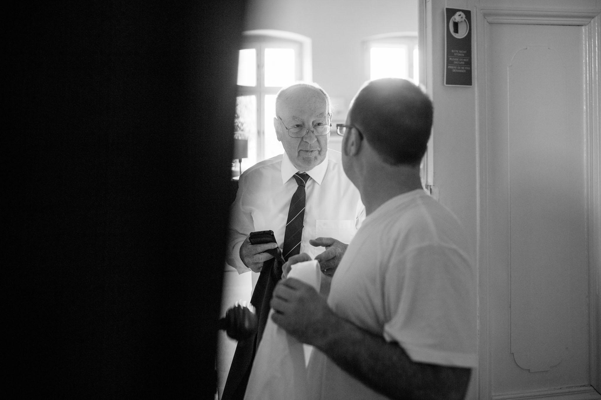 hochzeit-bräutigam-vater-vorbereitungen