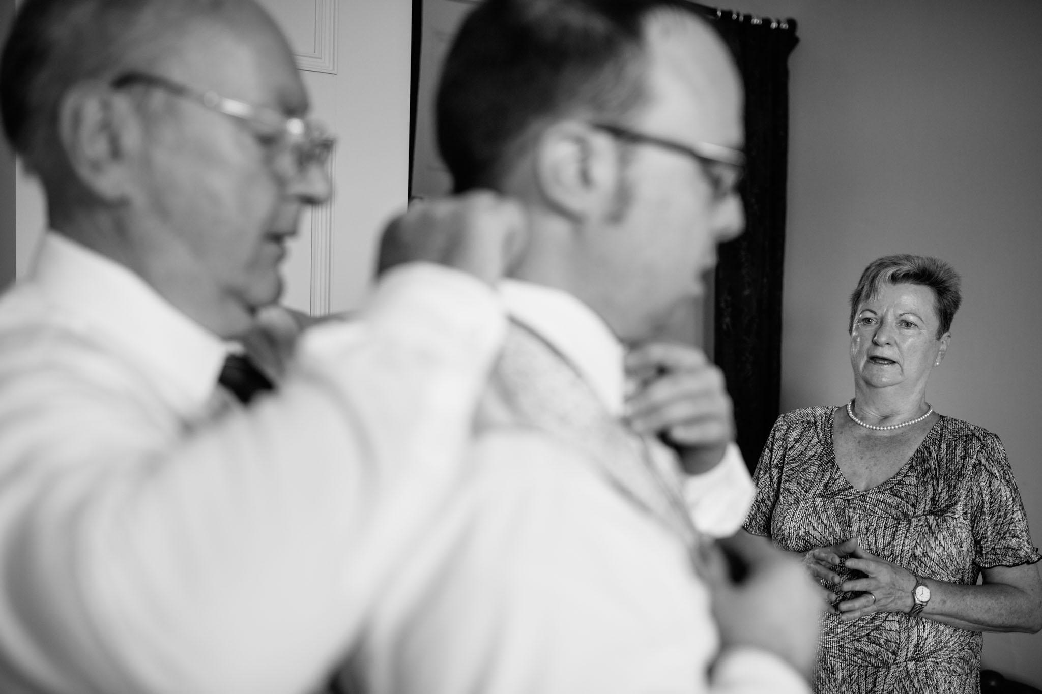 hochzeitsreportage-bräutigam-ankleiden-eltern