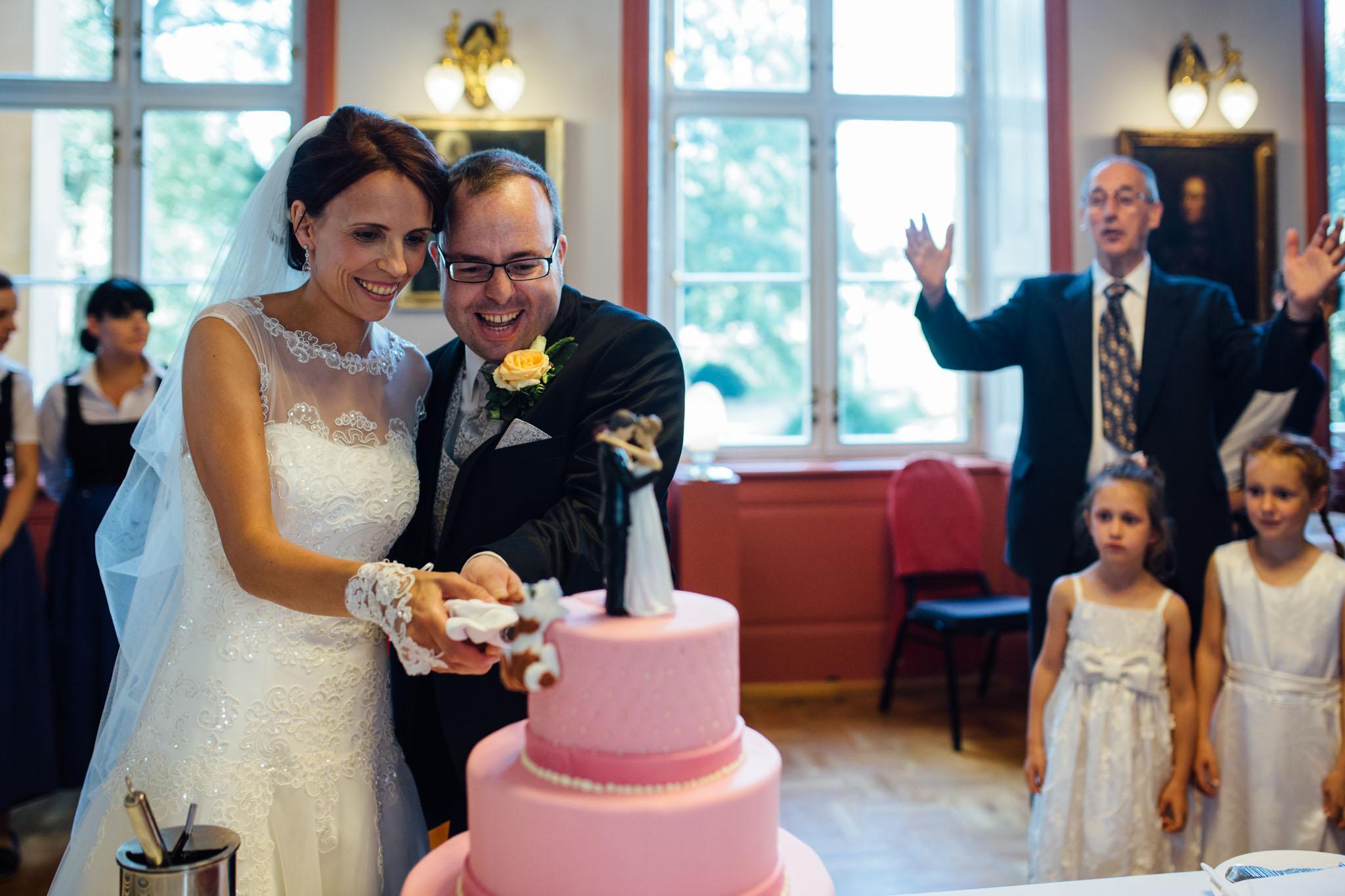 hochzeitsreportage-torte-anschneiden-fotograf