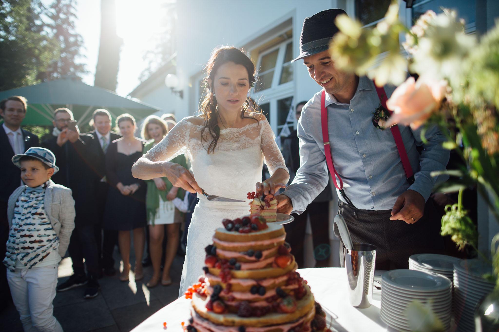 hochzeitsreportage-brandenburg-kuchen-anschneiden-cafe-wildau