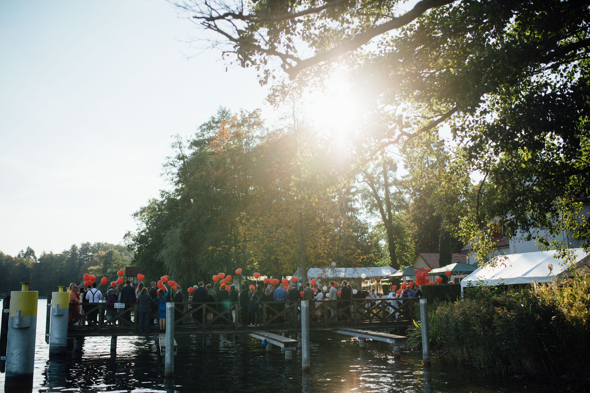 hochzeitsreportage-brandenburg-luftballons-werbellinsee-cafe-wildau