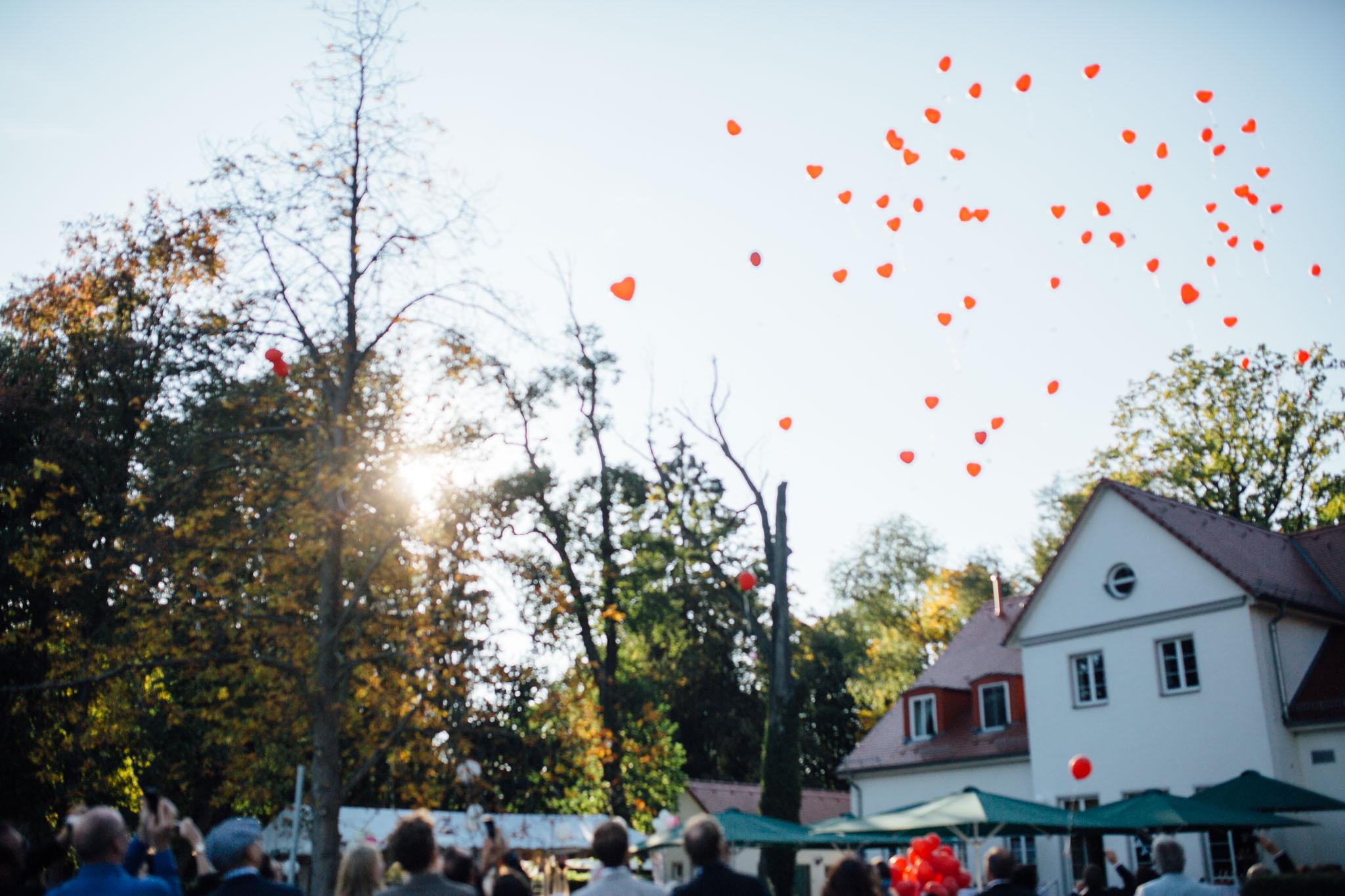 hochzeitsreportage-brandenburg-luftballons-werbellinsee-wildau