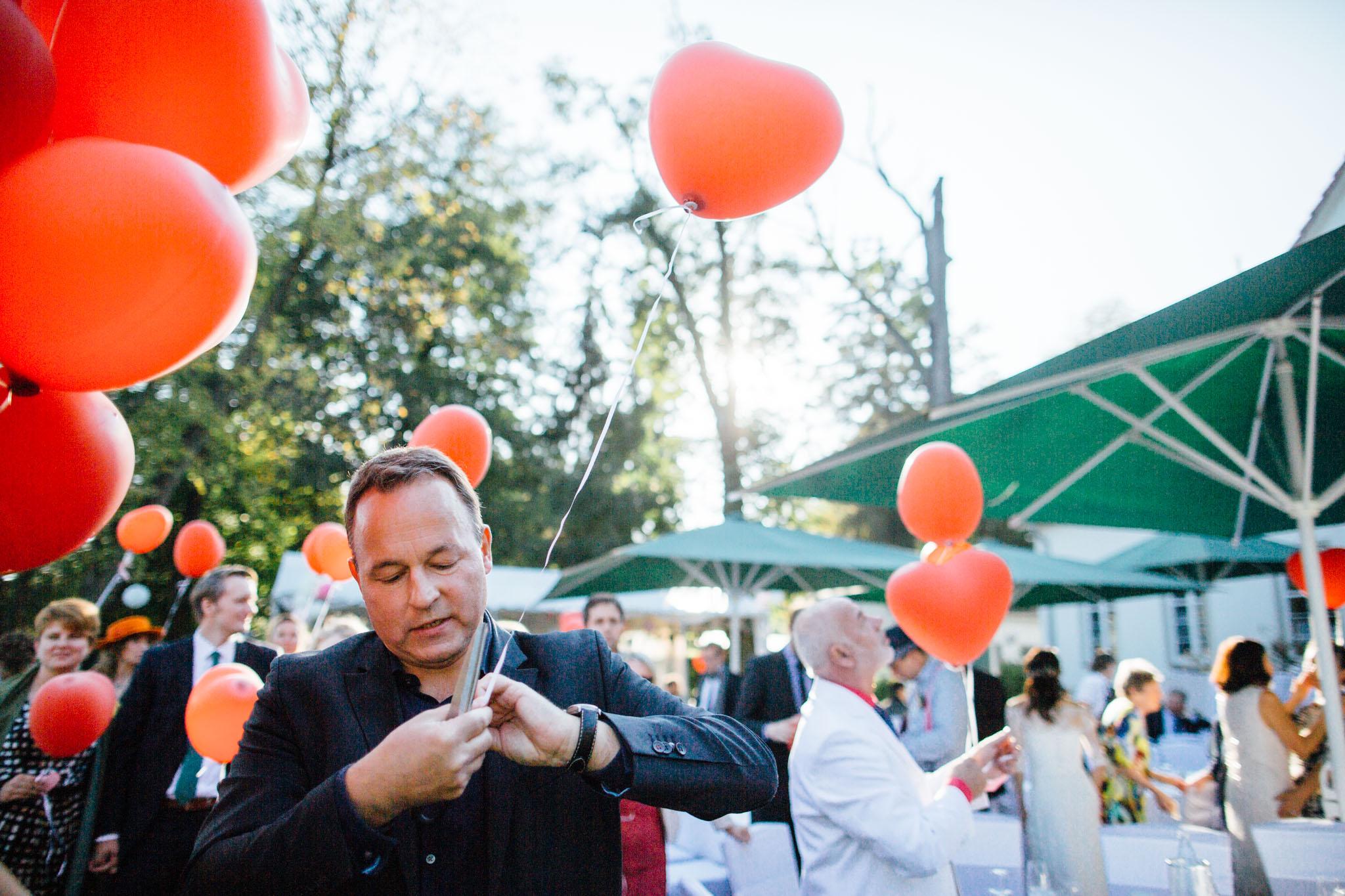 hochzeitsreportage-brandenburg-luftballons-werbellinsee