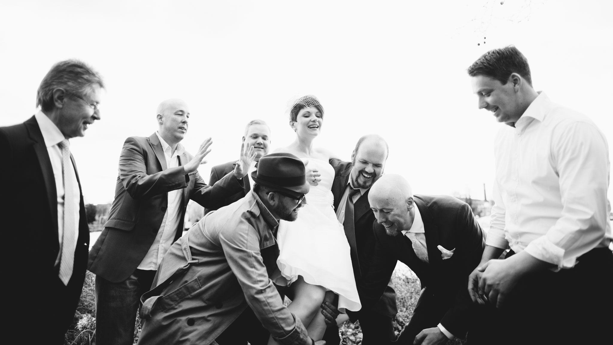 hochzeitsfotos-braut-männer-gruppenfoto