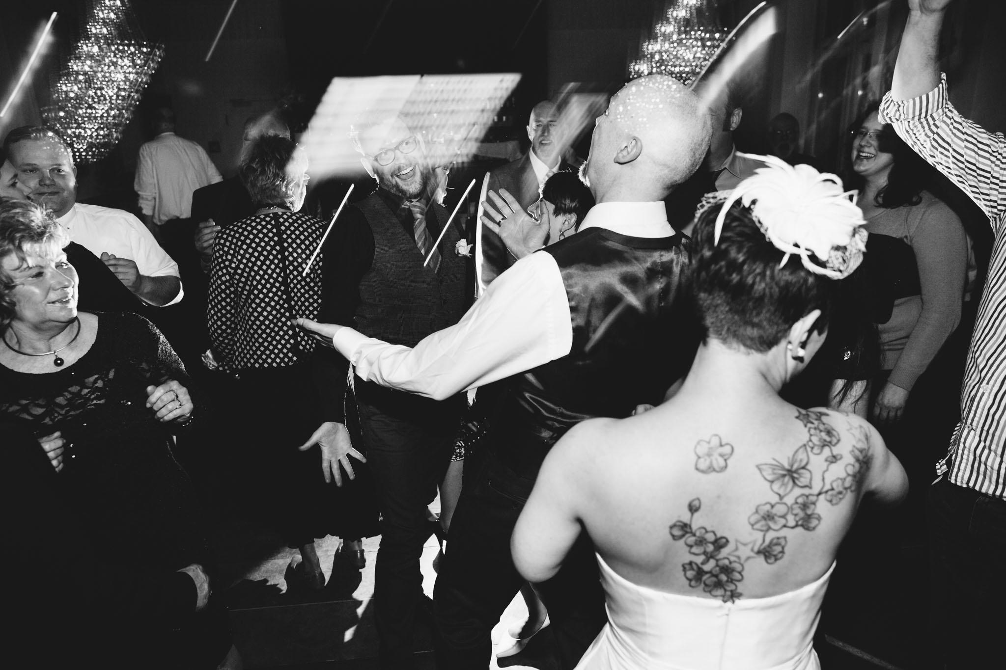 party-tanz-hochzeitfotos-schwarzweiss