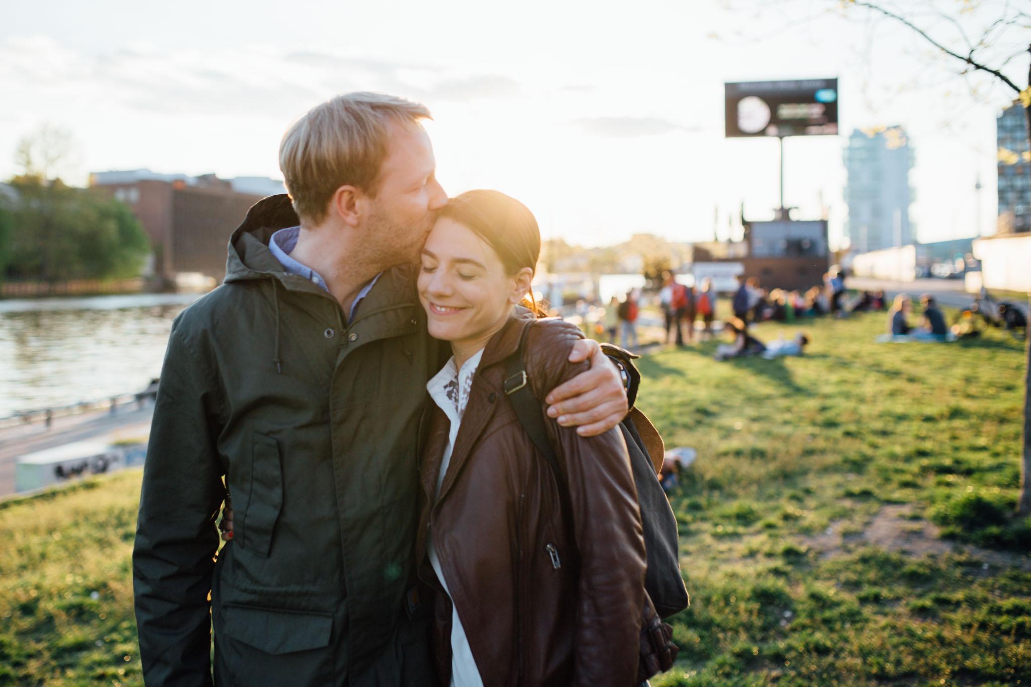 paarfotos-verlobungsshooting-berlin-friedrichshain
