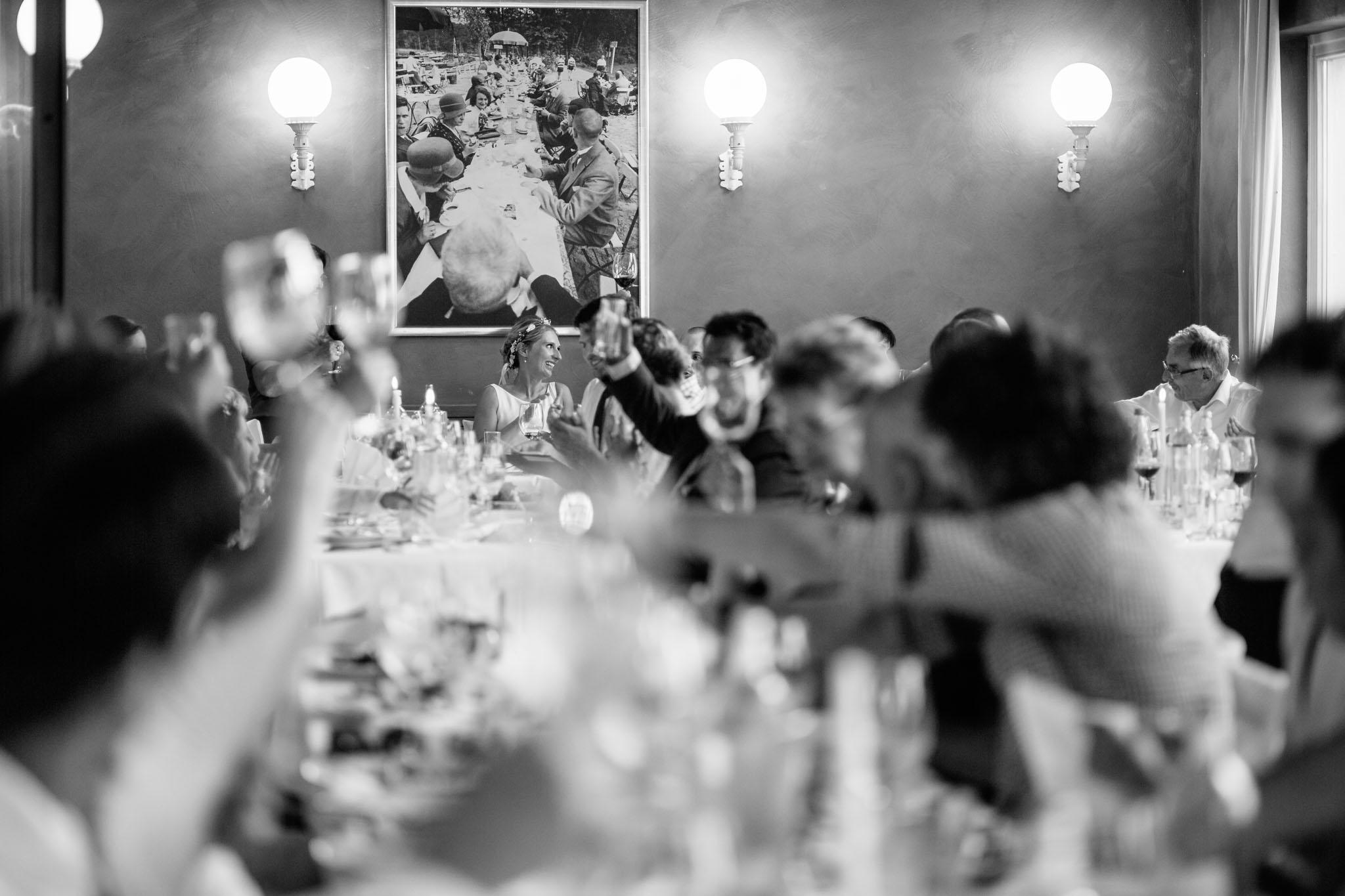 hochzeitsfeier-abendessen-fotograf-schwarzweiss-reden