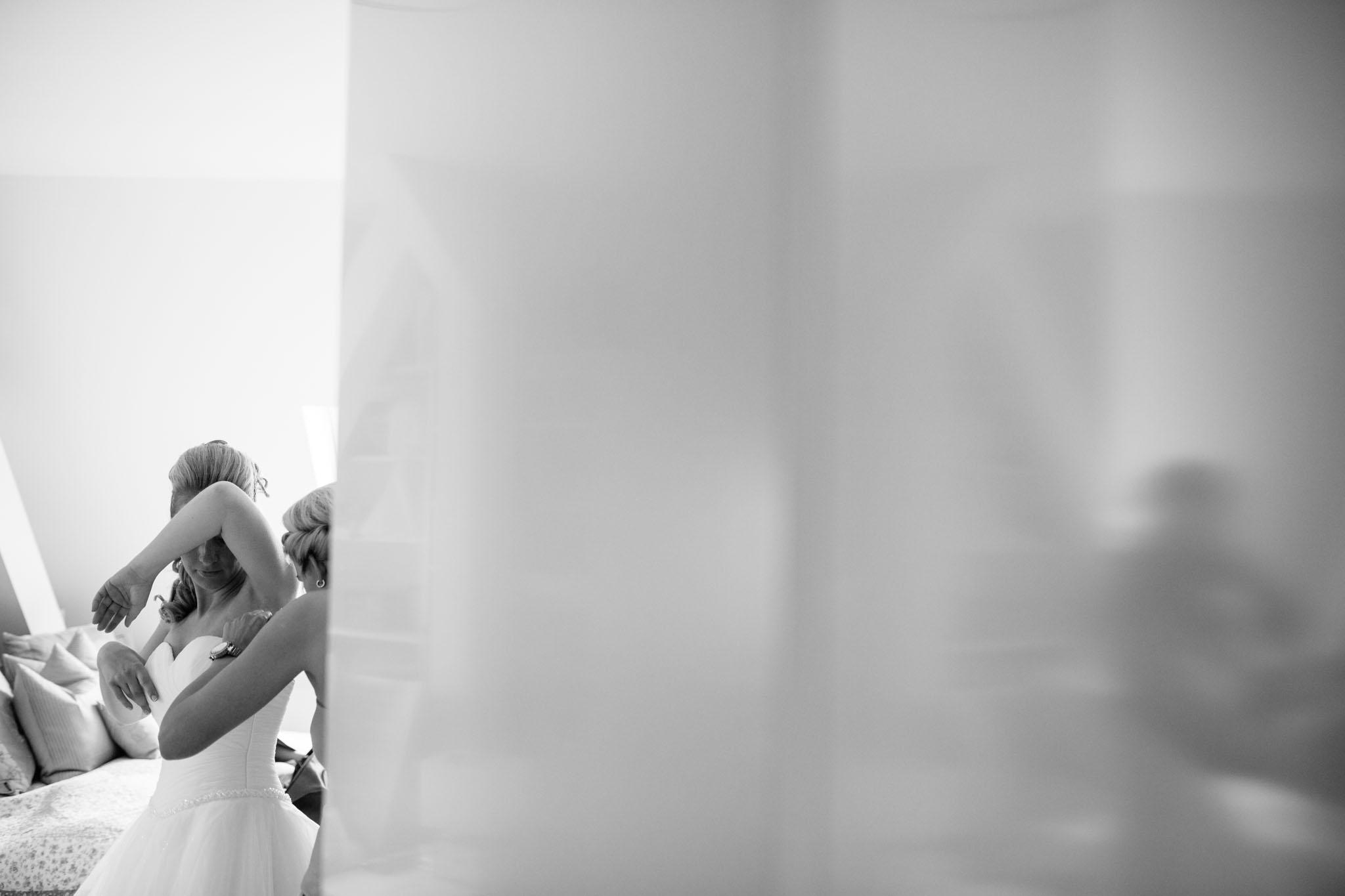 hochzeitskleid-ankleiden-getting-ready-reportage-fotograf-berlin