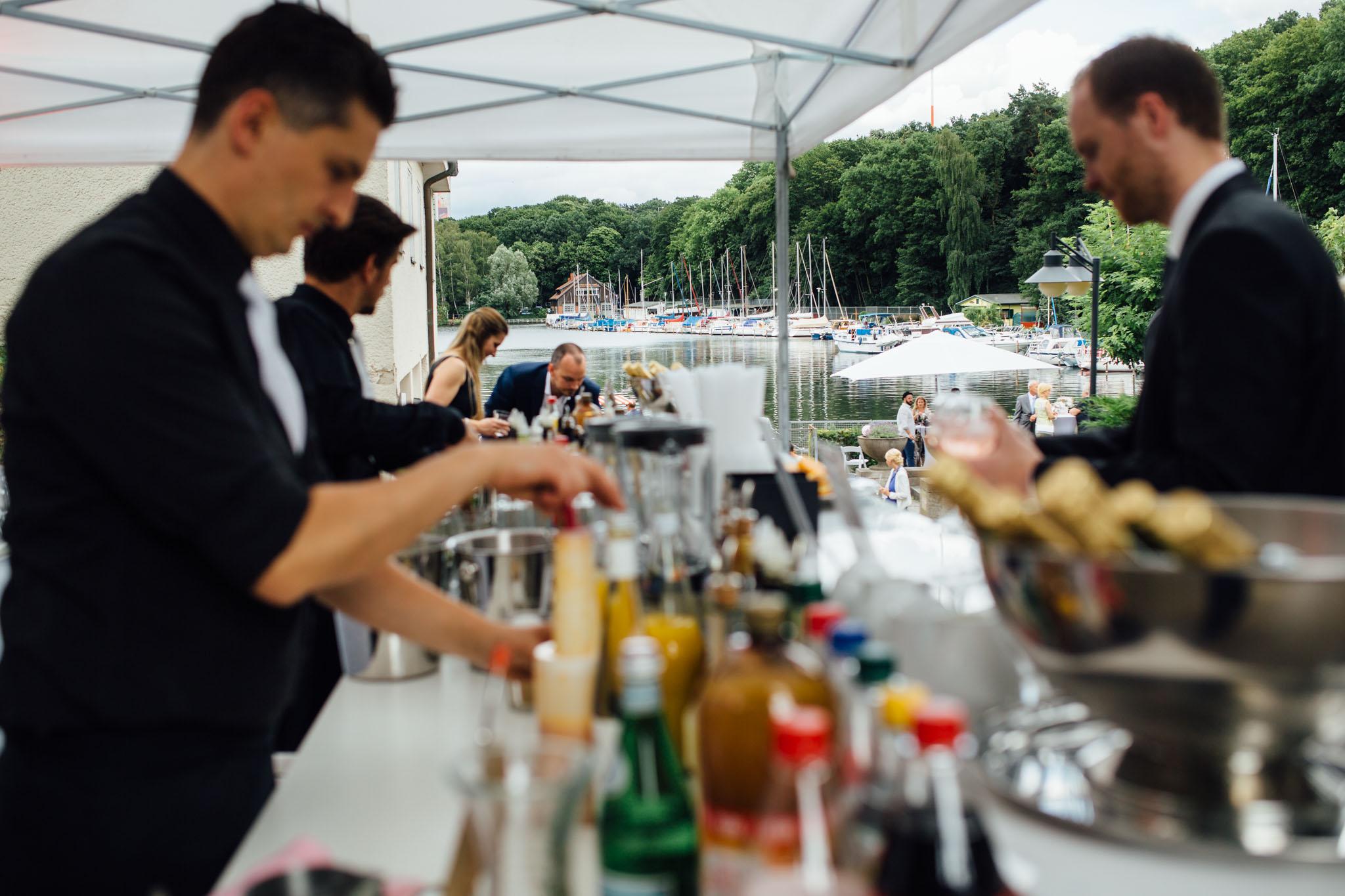 hochzeitsreportage-berlin-yachthafen-ruderclub-bar