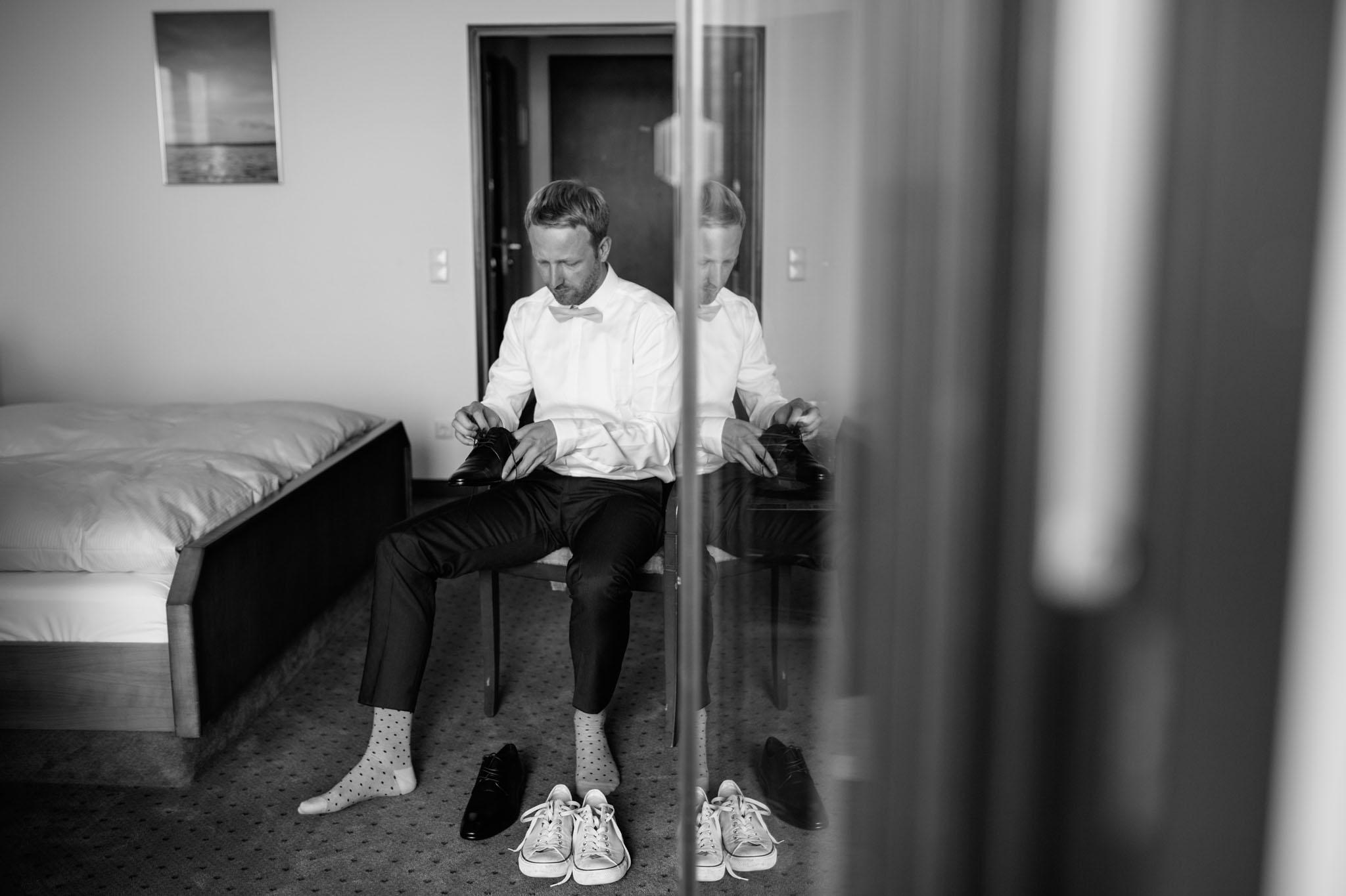 hochzeitsreportage-fotograf-ankleiden-braeutigam-berlin-hotel