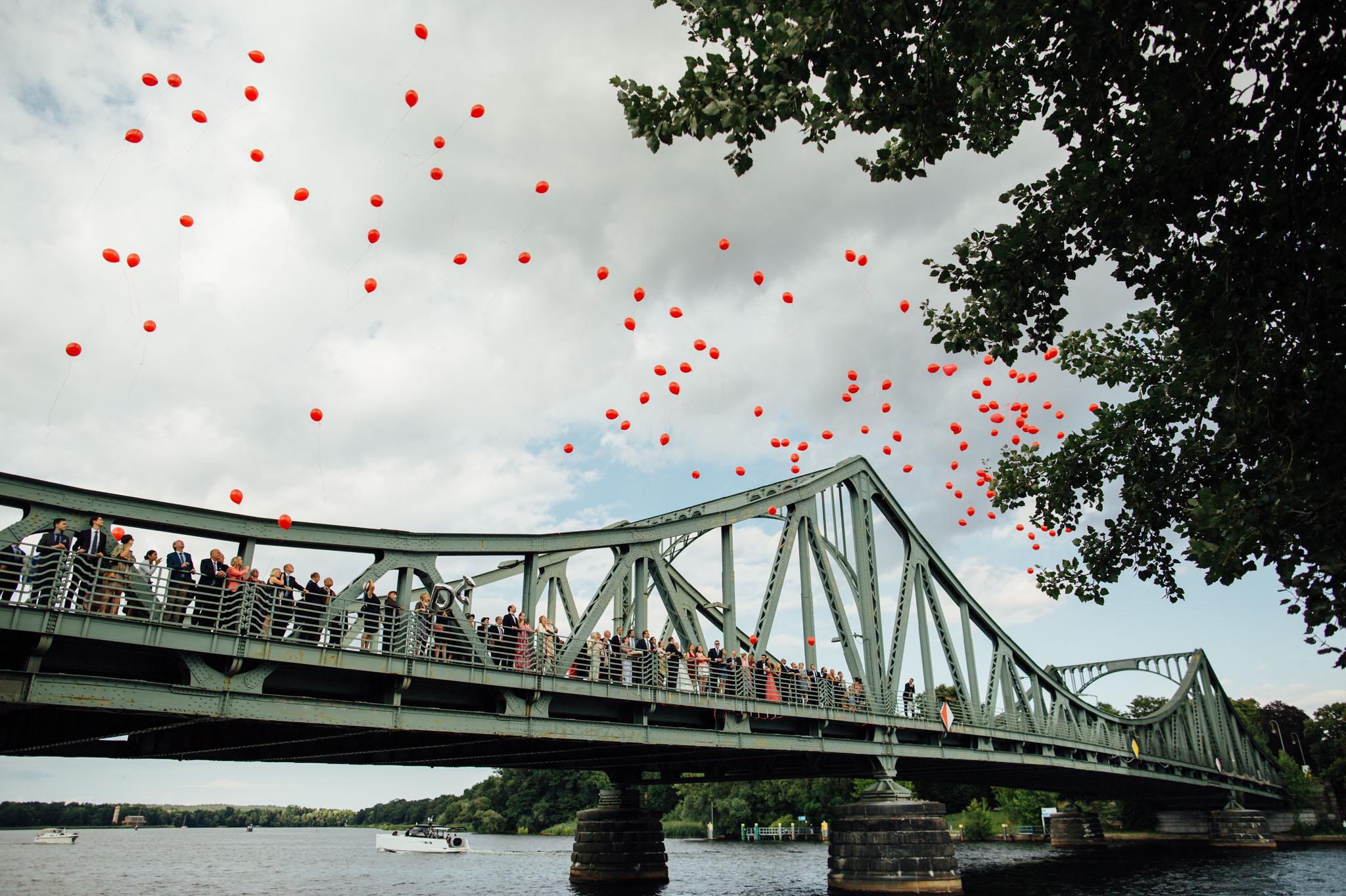 berlin-ballons-hochzeit-rot-bruecke