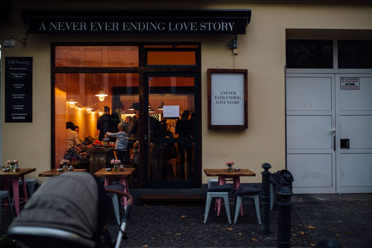 hochzeitsreportage-berlin-feiern-cafe-bar-winterhochzeit